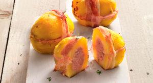 Запеченный картофель с сосисками и беконом - рецепт