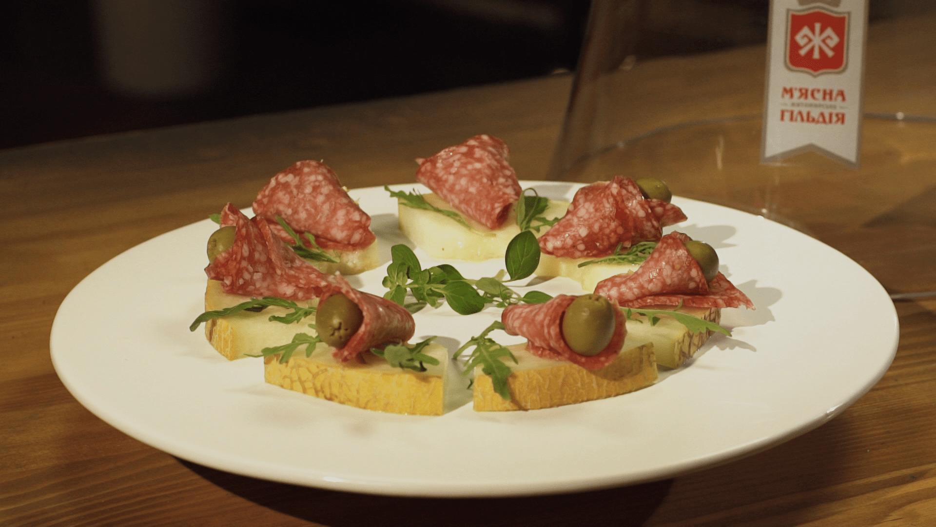 "Брускета c колбасой ""З філе індички"", диней и оливками. Рецепт"